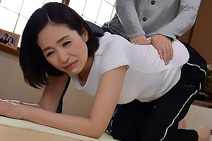 橋本美和子 乳首チラで息子に興奮された貧乳五十路母、強引な近親相姦で感じちゃうマゾ女w