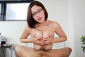 水野朝陽 このパイズリがスゴい!極上のオマンコ見せつけ淫乱メガネの巨乳女医!
