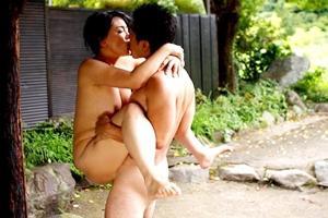 浅井舞香 巨乳熟女が野外青姦セックス!若い男の貪るような連続ピストンで喘ぎまくる!