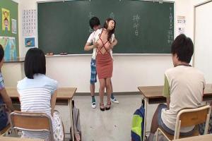 篠田あゆみ 子供達に弱みを握られて代わる代わる犯されて溢れるくらい種付けされる巨乳ママ