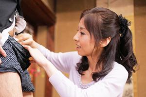 川嶋菜緒 欲求不満の熟女妻がたまたま近所の息子のデカチンに気付き、思わずしゃぶりつく!