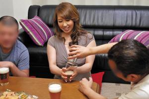風間ゆみ 佐々木あき 巨乳の人妻夫婦と宅飲み!泥酔した美熟女を夫のすぐ隣でNTR!