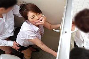 小野さち子 喘ぎ声を必死で我慢しながら、トイレで教え子と性交しちゃう四十路の人妻教師