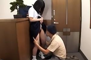 月嶋ありす 玄関先で黒髪童顔美少女と濃厚キス!ブルマとパンツを脱がせてまんこをクンニ責め