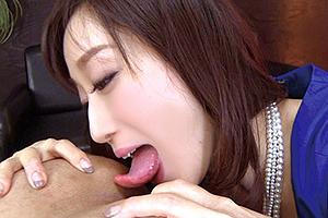 川上ゆう 逆痴漢マダムが蛇のような長い舌で男のアナルから睾丸まで舐めまくる!