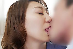 前川美鈴 微乳スレンダー人妻が手マンで潮吹き!激しいピストン中出しSEXで喘ぐ
