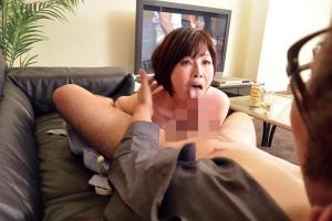 AV鑑賞で濡れちゃうオマンコに性欲が暴走する巨乳美熟女の手コキから中出し性交!