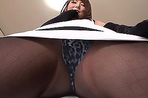 波多野結衣 ミニスカートのお姉さんがセクシーなパンスト美脚とアニマル柄パンチラを見せつける