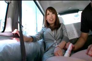 桜花えり 巨乳美女OLが車内で玉舐め手コキフェラ!電マでマンコいじったらパンツにシミが