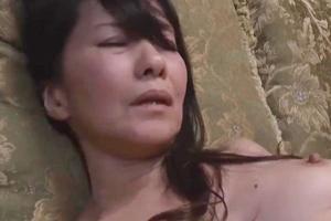 麻生まり 人妻のお母さんと近親相姦!隠れて体を求められソファーでやってしまう