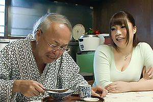 七草ちとせ 下心のある義父が介護といって人妻の爆乳を揉みながら口移しで食事をもらう