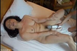 美人五十路人妻をナンパしてホテルでセックス!綺麗な細身の躰をよじらせ手マン電マ攻撃に絶叫!
