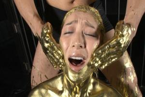 松本まりな 金粉まみれのテカテカ熟女性奴隷!おもちゃでアナルひくひくさせる淫乱デカ尻女