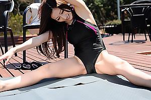 JULIA ピチピチ競泳水着の爆乳お姉さん、ロッカールームで痴女フェラチオ