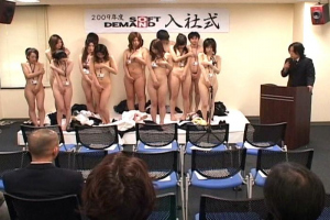 人前で裸になんてなった事ない女子大生が就職先のAVメーカーで全裸入社式からのセクハラ身体検査