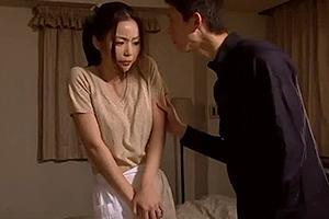 かすみりさ 美人な人妻熟女の義母を性奴隷に調教!ちんぽを手コキフェラさせザーメンを口内射精