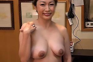宮本紗央里 森崎りか サービス向上が行きすぎて性的過激サービスの全裸旅館に仕上がった巨乳女将の濃厚フェラ
