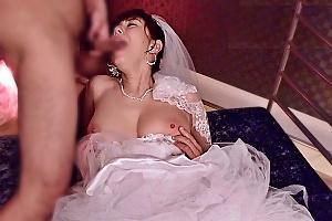 麻美ゆま ボディコン姿でやらしい手コキからウエディングドレス着て3Pフェラで抜くコスプレセックス
