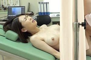 日比乃さとみ 産婦人科で悪徳医師が人妻のおマンコに生挿入!カーテン越しで見えない奥さん