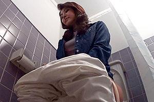 三十路の人妻が盗撮されていることに気付かずNTR不倫セックスやトイレの様子まで晒してしまう!