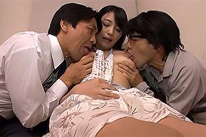 天野美優 裸エプロンからハミ乳おっぱいがエロすぎる巨乳寮母のオマンコ鑑賞3P!