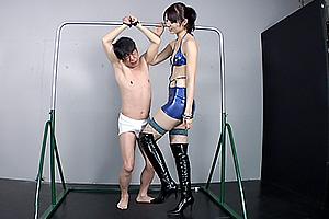 宮瀬リコ 身長180cmの高身長痴女が拘束されたM男のチンポ好き放題に弄り手コキ発射