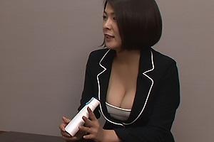 KAORI 福咲れん 訪問販売にやって来たのはスーツ姿の激エロOL!爆乳おっぱいの谷間で誘惑