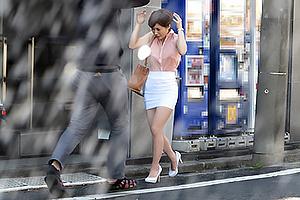 奥田咲 突然の雨で乳首晒したノーブラ爆乳なお姉さん、発情した男に着衣パイズリで犯される!