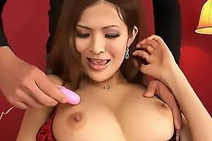 蒼井まなみ セクシーランジェリーの巨乳美女!露出した乳首をローターで責められる!