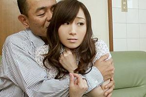 川上ゆう 料金の徴収に来た見知らぬ男に手マンでイカされてしまう美人妻!
