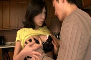 優木明日花 欲求不満な人妻はノーパンで息子たちを誘惑!耐えきれなくなった我が子との近親相姦で喘ぐ
