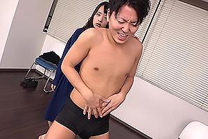 あべみかこ ドSな黒髪美少女がM男を殴る蹴るの暴行!興奮して変態ちんぽを勃起させる