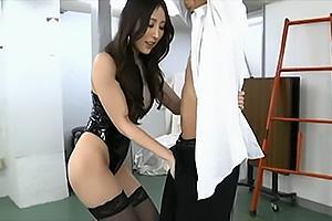 北川杏樹 ボンテージに網タイツのドSな女王様!拘束したM男のちんぽを濃厚フェラチオ