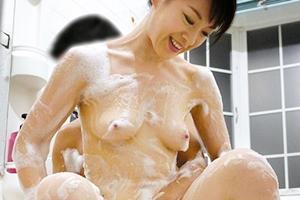 篠宮千明 お母さんと息子が近親相姦!一緒にお風呂入って洗いっこ!乳首がピン立ちしている熟女