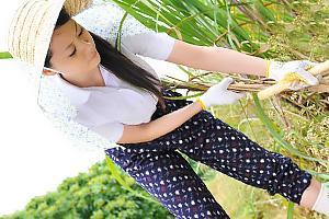 愛田奈々 さとうきび畑で働く美しいシングルマザーに村の男どころか息子でさえも欲情してしまう!