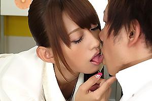 希島あいり 美人な女教師が保健室で男子生徒を誘惑しエッチな特別事業を開始