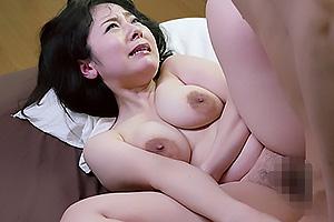 牧村彩香 だらしない身体の巨乳熟女が3Pセックスでアソコ濡れ濡!強引に犯されるマゾ妻