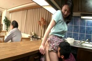 三浦恵理子 美熟女のお母さんを父の近くで愛撫する息子!パンツを脱がせてまんこをクンニ