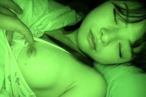ささき愛沙 寝ている童顔妹を夜這いしちゃうお兄ちゃん!おっぱいを露出させ近親相姦中出しレイプ