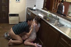 篠田あゆみ 爆乳グラマーな義母に欲情した息子が父に隠れて近親相姦!喘ぎを押さえて快楽絶頂!