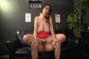 青井マリ 本番行為しちゃう熟女ピンサロ嬢!垂れまくりの巨乳を揺らして中出しセックス