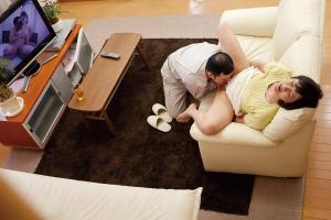 円城ひとみ 垂れ乳熟女がオナニー義理の息子にバイブ見つかりクンニでイカされる
