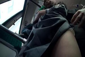 通学中のバスで変態痴漢男に後ろにピッタリ張り付かれたJKが降りるまでオマンコを弄られ続ける