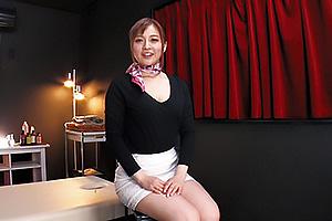 新山沙弥 男に卑猥な格好させてネチネチとフェラするご奉仕好きな美人セラピスト