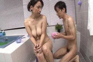 藤波さえ 巨乳人妻が息子と一緒にお風呂へ!体を洗っている手つきが段々といやらしくなる