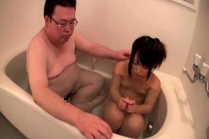 松下ひかり 美少女がデブ男と一緒にお風呂!男根を洗って手コキフェラでご奉仕!