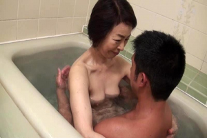 藍川京子 スレンダーでパイパンな五十路母が息子と混浴してフェラや手マンで互いを責める!