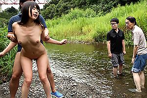 つぼみ 公衆の面前で青姦露出調教の巨乳美少女が手コキしながらフェラしてバックで挿入
