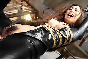 仁美まどか 飯島くうが 気高き女捜査官がキャットスーツのまま緊縛!手マンで辱められて悶絶!