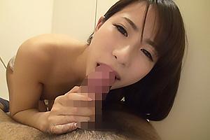 鈴木もも 秋田美人な現役女子大生がエッチな下着姿で極太チンコを濃厚フェラチオ!